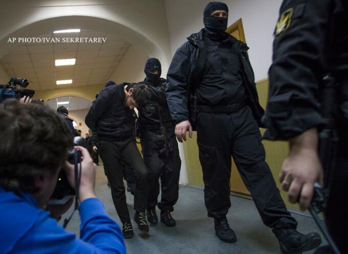 Video: Împuşcături şi burnout-uri printre maşini, în Cecenia - Promotor