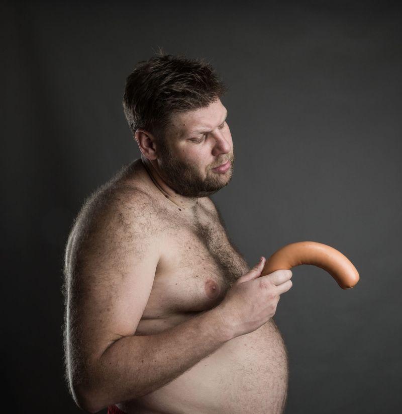 penisul este îndreptat în jos în timpul erecției